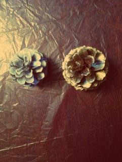Spray-painted white & gold pinecones, DIY, Christmas tree, Pinterest